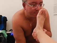 Cuckold-Slave Micropenis Skoti cleaning feet