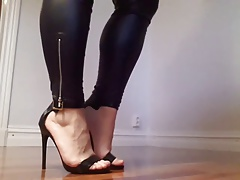 Kinky analwhore Sara showing off her fingertips and heels!